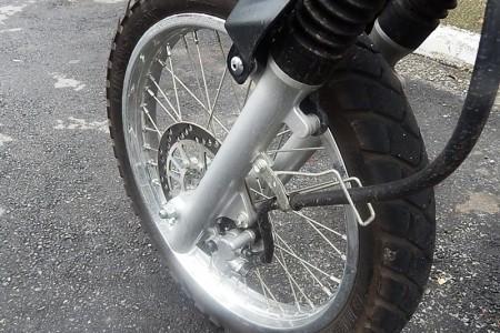 Freio dianteiro meio borrachudo; a moto merece um flexível melhor