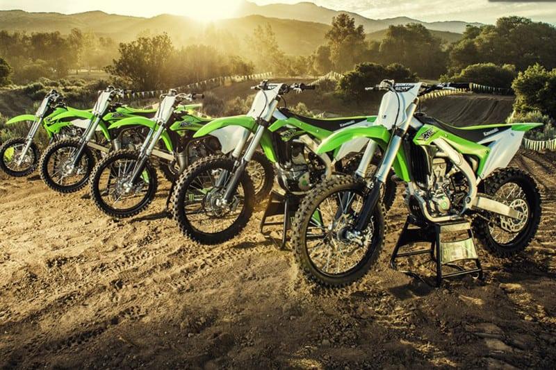 Linha off-road Kawasaki. Famílias KX e KLX, para motocross e trilhas/enduro, com opções de 110 a 450 cilindradas