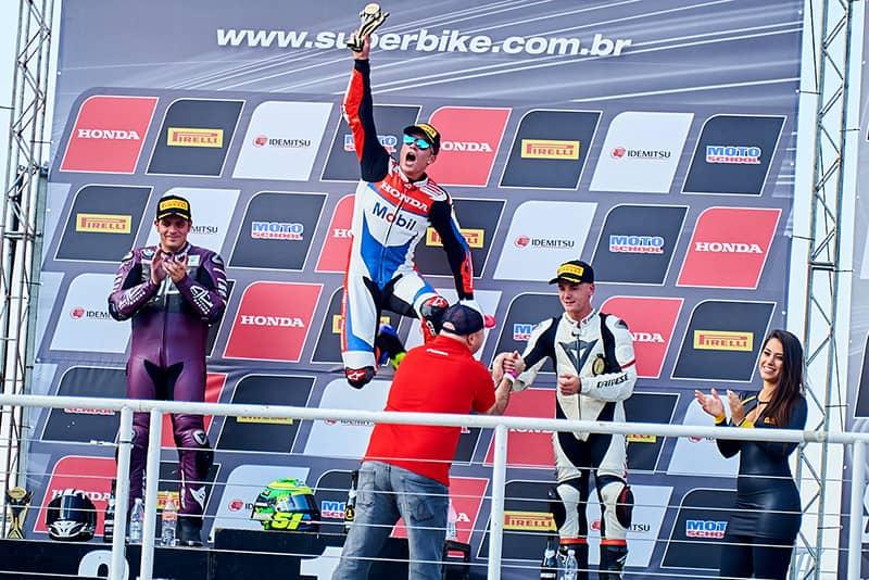 Os mesmos nomes do último pódio de 2017: Barros, Granado e Gerardo. No top3, Honda CBR 1000RR, BMW S 1000RR e Kawasaki ZX-10R - Foto: Ricardo Santos
