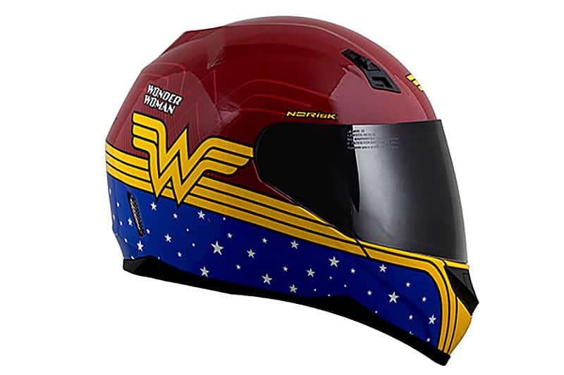 Se agora foi a vez dos fãs de café racers, em abril quem somou pontos foram os admiradores dos quadrinhos. NoRisk lançou capacete da Mulher Maravilha