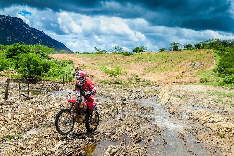 O RN 1500 e suas paisagens maravilhosas. Aqui, Júlio Bissinho encarando pedras no Rio Grande do Norte - Foto: Dono Castilho/DFotos/Mundo Press