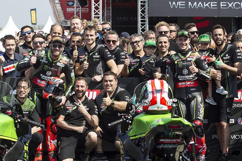 Festa na equipe Kawasaki após a dobradinha de Rea e Sykes em Assen, na Holanda