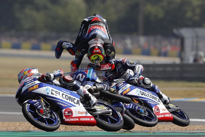Na Moto3, sobra emoção e dramaticidade, com quedas e ultrapassagens todo o tempo