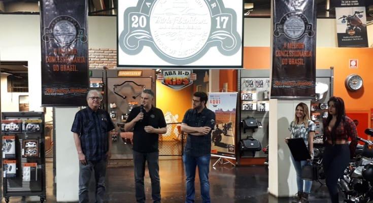 Cantero, diretor da Harley-Davidson, ao lado dos titulares da ABA: esforço premiado