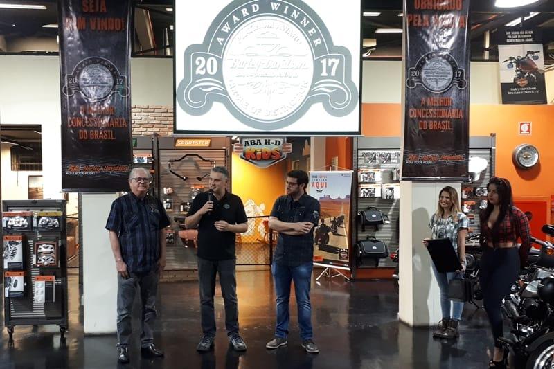 Antonio Carlos Cantero, diretor da Harley-Davidson, ao lado dos titulares da ABA: esforço premiado