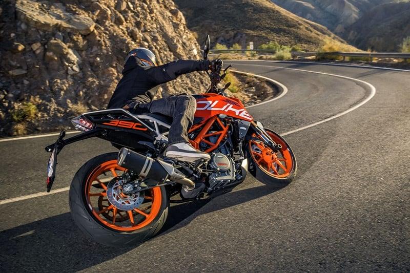 A moto está 10 kg mais pesada, mas mantém o desempenho forte de uma legítima naked