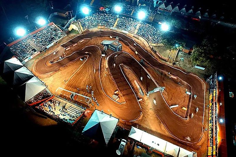 Arena montada em Caraguatatuba tem 8.000 m² e a pista, 450 metros de extensão. Há saltos duplos, triplos, sequência de ritmos e costelas rápidas.