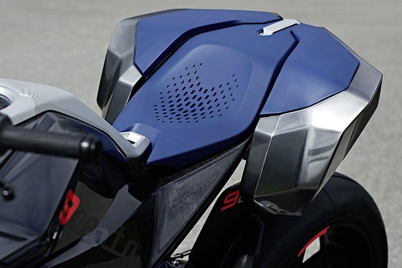 No mínimo curioso, compartimento regulável e removível é acoplado à traseira da moto para ampliar a área de assento do carona