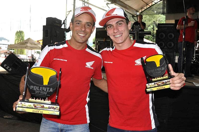 Dário Júlio e Tunico Maciel com os troféus conquistados pela equipe Honda Racing - Foto: Angelo Savastano/Mundo Press