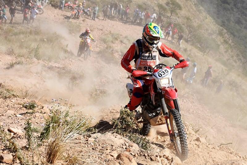 Dário Júlio, da equipe Honda Racing, venceu na categoria Master com sua CRF 230F e agora está a apenas um ponto do líder do Campeonato Brasileiro - Foto: Janjão Santiago/Mundo Press
