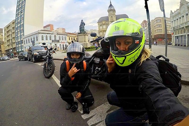 Cada uma na sua Harley. Eliana com uma Harley-Davidson Road Glide Special 107 e Stephanie a bordo da Sportster 883