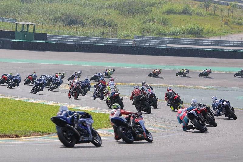 SBK também se destaca pelas categorias intermediárias, escola e monomarcas - como a Yamalube R3 Cup (foto), que chega a ter mais de 40 motos no grid