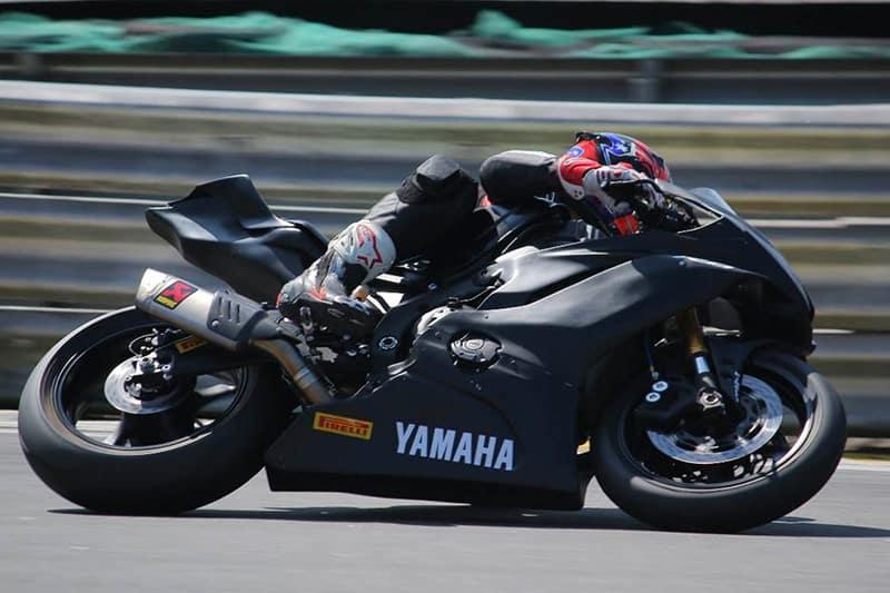 Campeão da R3 Cup no ano passado, Eliton Kawakami estreou com vitória na categoria SuperSport, com uma Yamaha R6, e irá à Itália