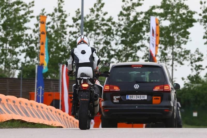 Controle de Velocidade Adaptativo funciona com o cruise control ligado e detecta veículo mais lento à frente e mantém a distância segura pré-determinada usando o freio dianteiro automaticamente