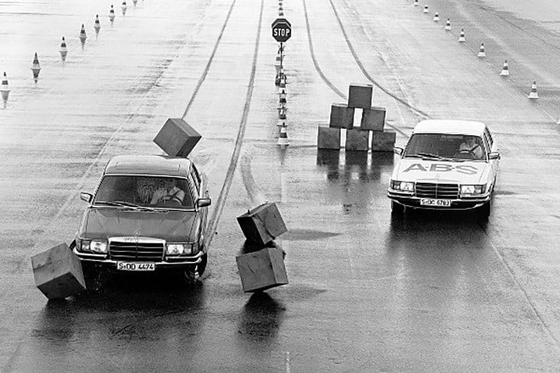 Dois anos antes da Volkswagen apresentar o Fusca, a Bosch já fazia a primeira patente do Sistema Antibloqueio de Frenagem. ABS passou a equipar carros de passeio em 1978, com o Mercedes Classe S (foto)