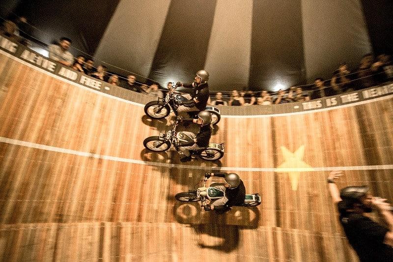 O Muro da Morte foi uma das atrações mais concorridas no último Salão Duas Rodas. Nele, o público fica a poucos centímetros dos pilotos durante suas manobras a 90º
