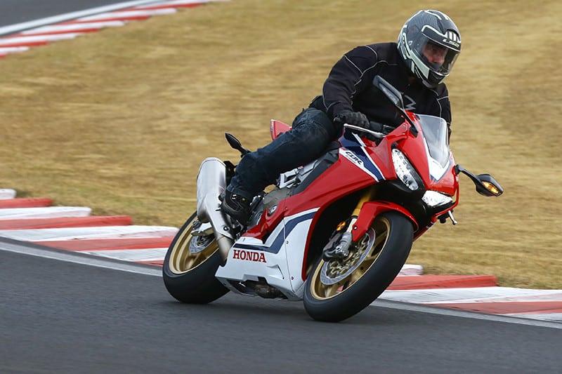 Parece uma superbike? E é. A nova CBR 1000RR Fireblade é uma daquelas motos que nos faz pensar que acelerar numa pista sem amplo aporte tecnológico é, de fato, algo do passado