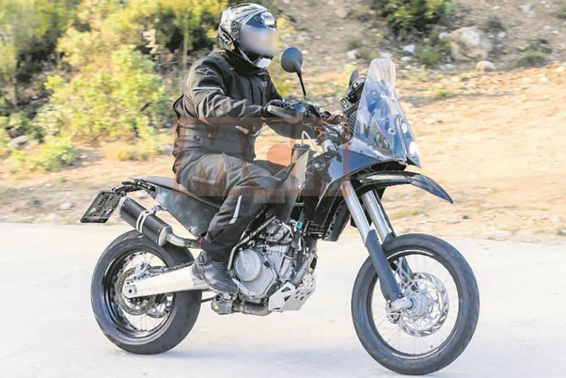 Aos poucos, a KTM 390 Adventure parece um pouco mais real. Agora, Bajaj (indiana parceira da KTM) informou que pretende lançar o modelo já em 2019. A foto é do ano passado, quando surgiram as primeiras imagens do protótipo (crédito: MCN)
