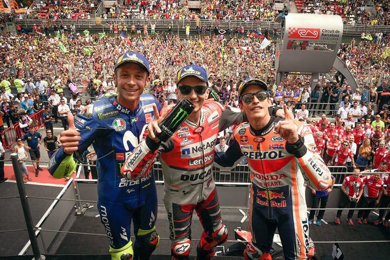 Eis um pódio de respeito, com nada menos de 20 títulos no Mundial de Motovelocidade dividindo espaço. Rossi ficou com o terceiro lugar, Lorenzo obteve a vitória e Márquez garantiu o segundo posto