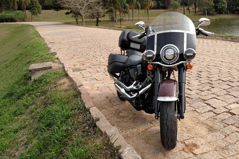 Olhando assim de frente, a Heritage Classic nem parece uma moto tão grande; rodando ela é bem fácil de pilotar