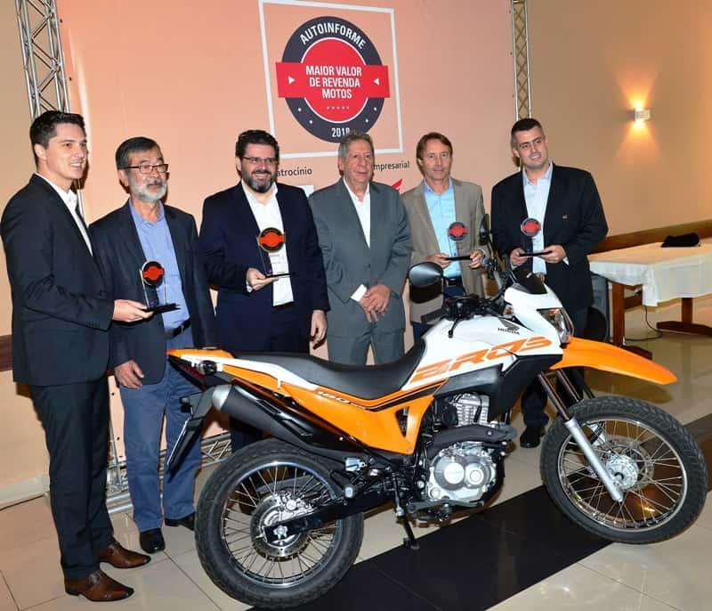 Executivos da Honda (com os troféus nas mãos) juntos com Koishiro Matsuo e Joel Leite, idealizadores do Prêmio Maior Valor de Revenda e a moto campeã com apenas 6,7% de desvalorização após um ano de uso, a Honda NXR 160 Bros