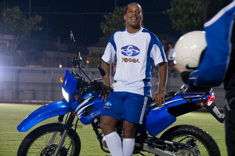 Ronaldinho Gaúcho, o rei dos roles, também já se aventurou nas motos. Ex-craque foi garoto propaganda da Traxx em 2011, substituindo Ivete Sangalo