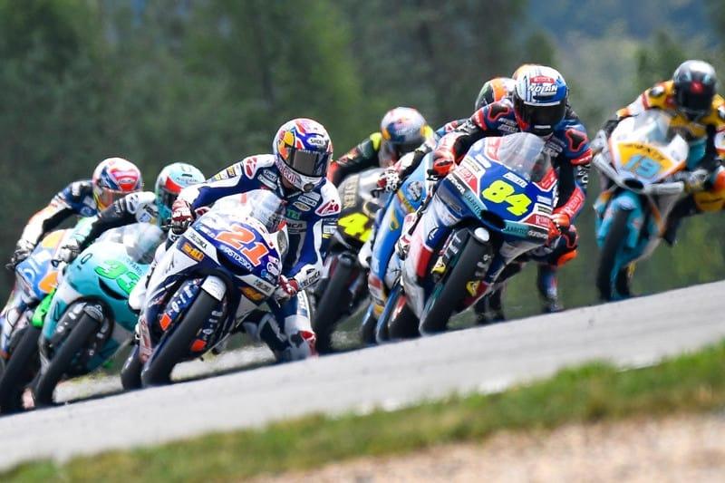 Di Giannantonio (#21) disputa com o piloto da casa, Kornfeil (#84) a ponta na disputadíssima corrida da Moto3