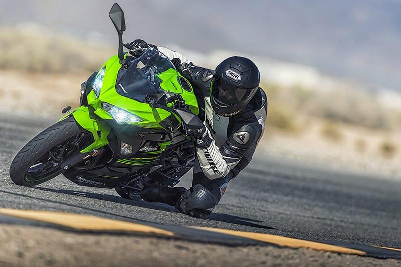 Além de desempenho, a Ninja 400 também foi desenvolvida pensando no conforto. Modelo tem guidão mais elevado e pedaleiras menos recuadas, a fim de facilitar o uso em viagens curtas ou médias
