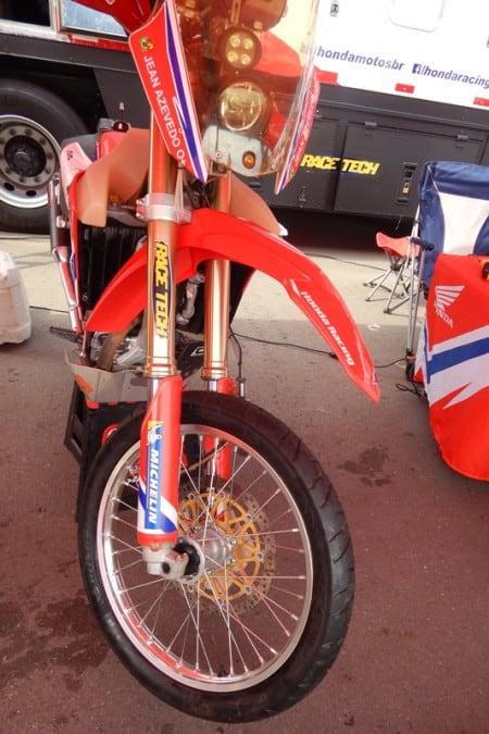 Moto de Jean Azevedo pronta para o prólogo, com pneus de asfalto, que será na pista do circuito de Goiânia