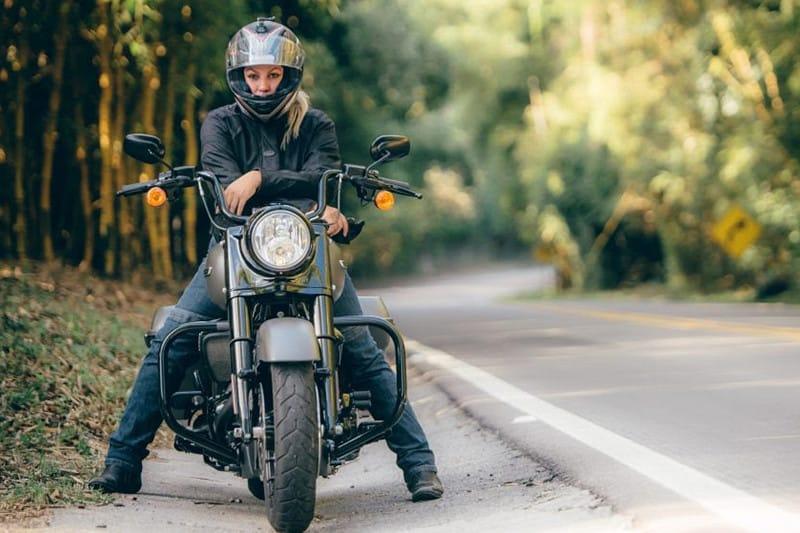 Eliana escolheu a Harley-Davidson Road King Special como companheira neste passeio
