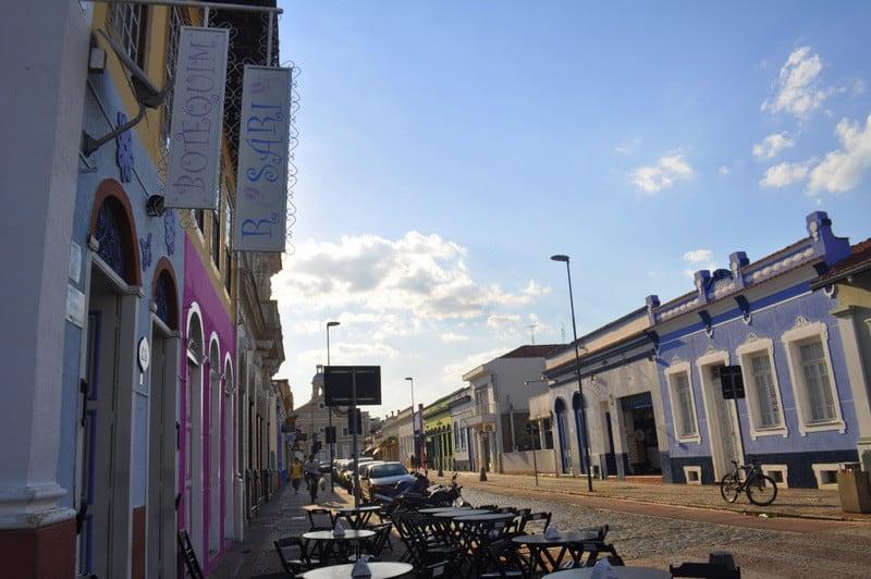Com arquitetura antiga e pequenos bares pelas ruas, Amparo (SP) lembra aquelas cidades históricas de Minas Gerais