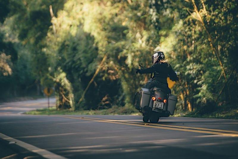 Estradinha que leva a cidade é deliciosa para quem curte curvas sinuosas, mas exige cuidado e muita atenção, pois é cobiçada por motociclistas - infelizmente alguns abusam da velocidade por ali