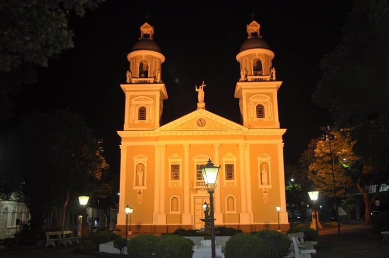 Encantadoras, as igrejinhas são exemplos vivos da arquitetura que predomina na cidade, oriunda dos séculos XVIII e XIX