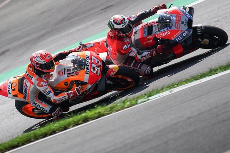 Uma disputa primorosa nas últimas voltas, entre Marc Márquez e Jorge Lorenzo, marcou a passagem da MotoGP pela Áustria. No final, melhor para JL99, que somou sua terceira vitória na temporada