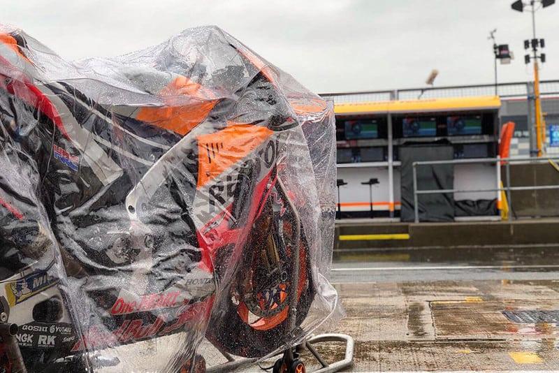Honda, Yamaha, Suzuki, Ducati, Aprilia, KTM. Todas no box aguardando a resposta da organização da prova