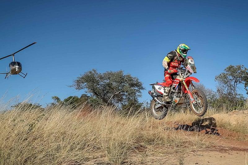 Jean Azevedo era vice-líder, concluiu mais de 300 km da quarta etapa, mas teve problemas e, sem mecânico, teve de abandonar a prova - Foto: Magnus Torquato/Mundo Press