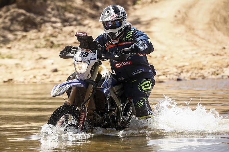 Ricardo refrescando sua Yamaha WR 450 em algum lugar entre a Bahia e o Piauí - Foto: ID Assessoria de Comunicação