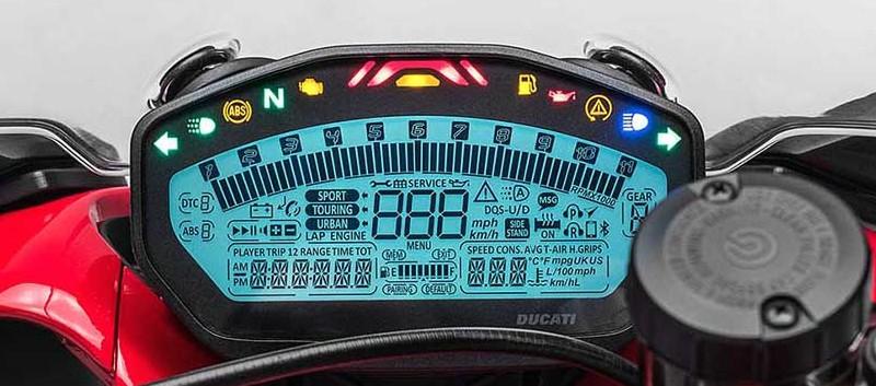 Painel completíssimo; ajustes todos são feitos num botão no punho esquerdo