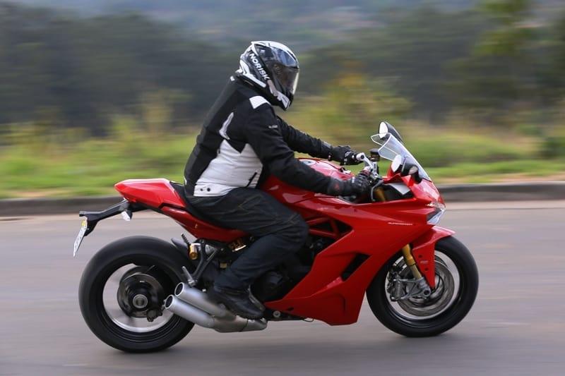 A Ducati Supersport S é leve e oferece uma posição de pilotar mais ereta: conforto para pilotar mais tempo sem fadiga.... na estrada