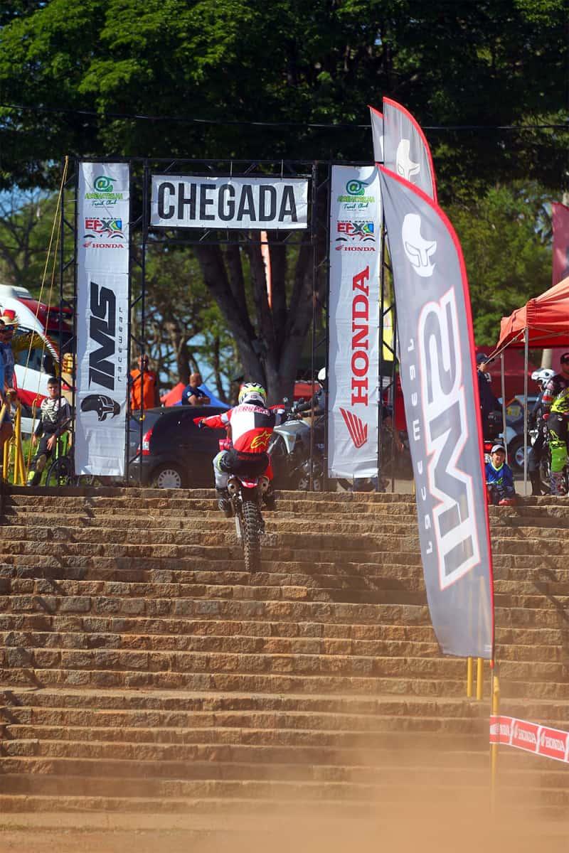 Júlio Ferreira encarando as escadarias do Cross Teste - Foto: Maurício Arruda/PubliX