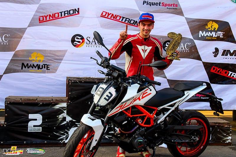 Ruan venceu na Speed 300 com a KTM 390 DUKE que usa no dia a dia