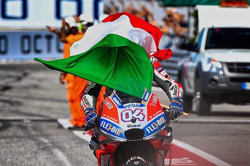 Domínio em verde, branco e vermelho. Correndo em casa, pilotos italianos vencem as três categorias - com destaque à MotoGP, que colocou uma moto nacional no lugar mais alto do pódio