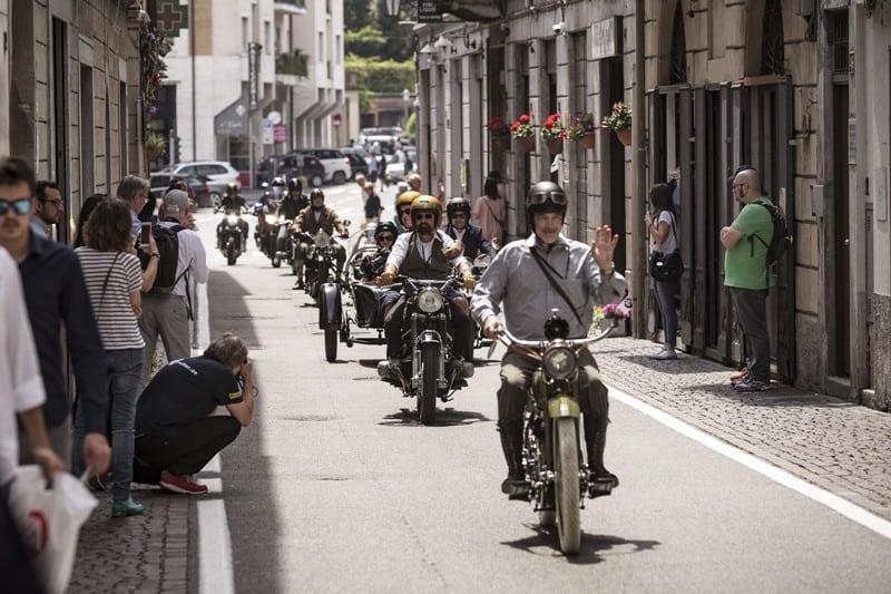 Desfile das motos concorrentes faz parte do evento
