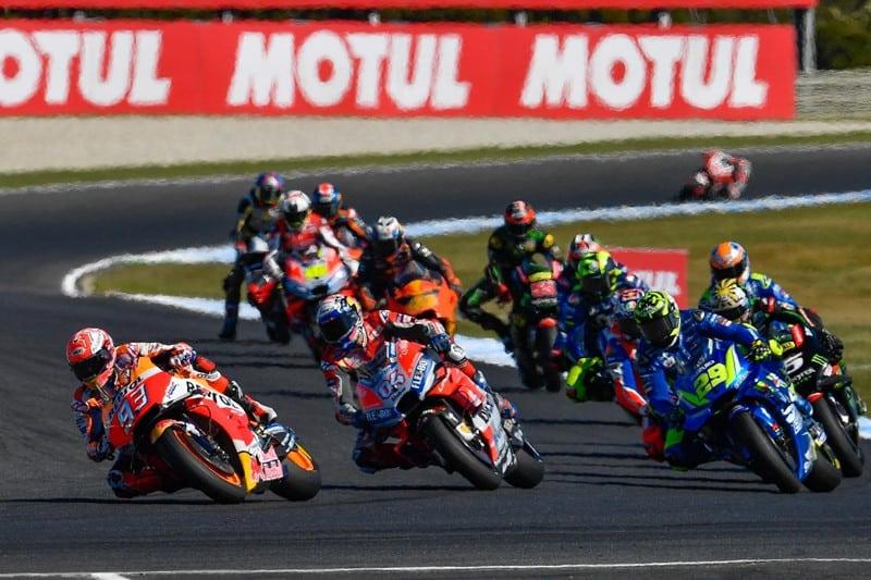 """O """"bolo"""" de motos no início da corrida; tudo parecia caminhar para mais uma vitória de Márquez... mas"""