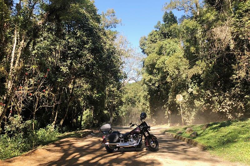 Para chegar nas cachoeiras é preciso encarar alguns trechos de terra - ainda que de Harley