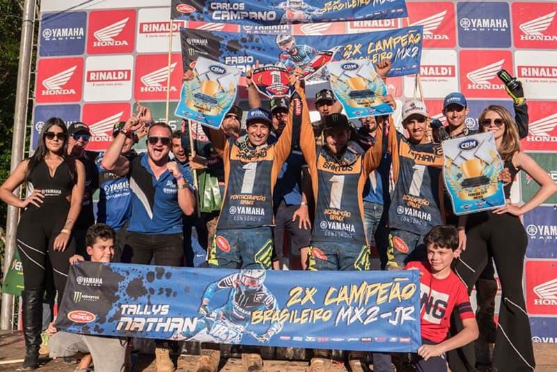 Equipe azul celebrando suas vitórias no Brasileiro de Motocross - Foto: Maurício Hass/Yamaha
