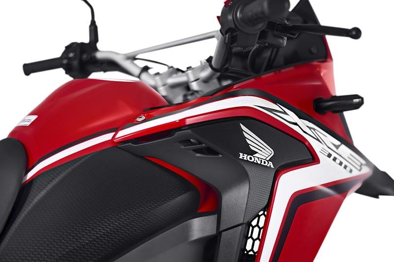 Modelo ganhou novas (e bem acabadas) carenagens, bico menor e vazado, sistema de iluminação full-LED e freios ABS em todas as versões. Também está 5 quilos mais leve