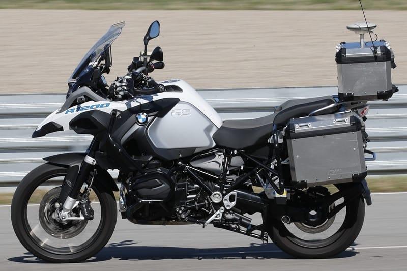 A moto autônoma acelera, faz curvas e freia sozinha
