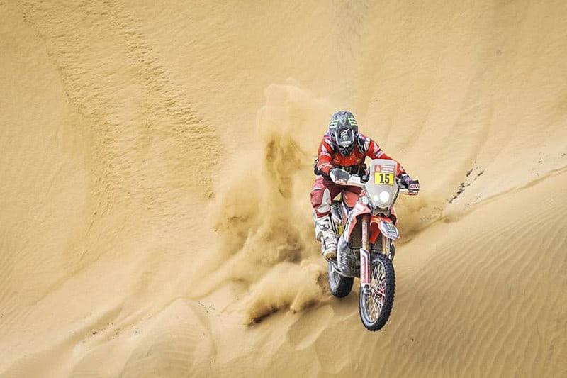 Ricky Brabec coloca a Honda no topo do Dakar 2019, seguido de perto pela KTM de Sam Sunderland, campeão de 2017. Ainda há cinco etapas pela frente - Foto: Dakar/DPPI