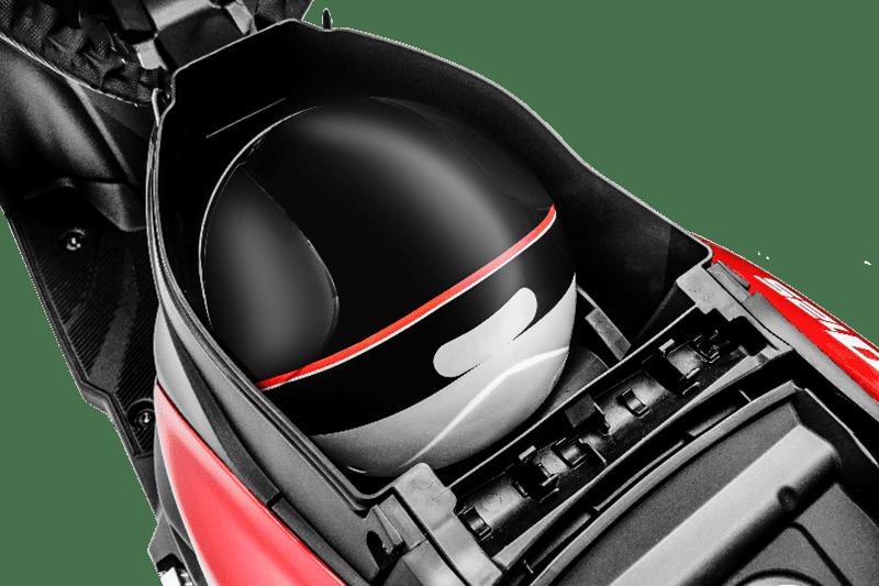 Espaço sob o assento para um capacete aberto